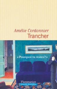 Couverture du roman avec un bandeau montrant une femme angoissée dans un salon